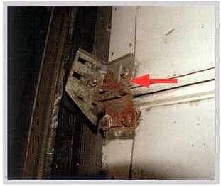Внутренняя сторона показанного выше стыка. Петля была деформирована и вырвана из нижней панели. Для ее закрепления панель просверлена насквозь выше первоначальной точки крепления